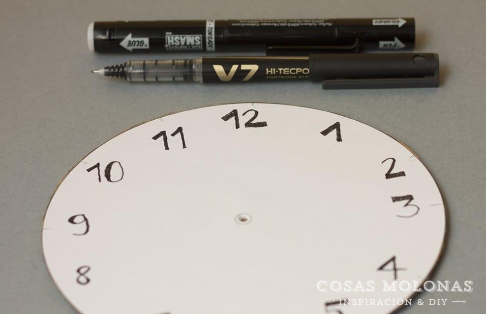 DIY Reloj de cartón reciclado para aprender las horas + plantilla imprimible