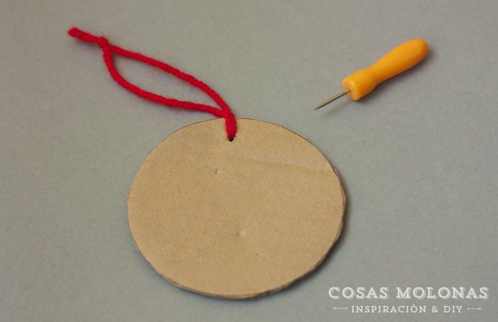 Manualidades para niños: Adorno de cartón reciclado enrollando lana