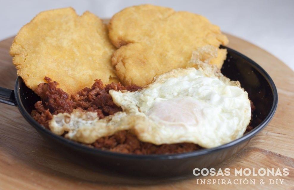 Receta asturiana: Sartén de tortos de maíz con picadillo y huevo frito