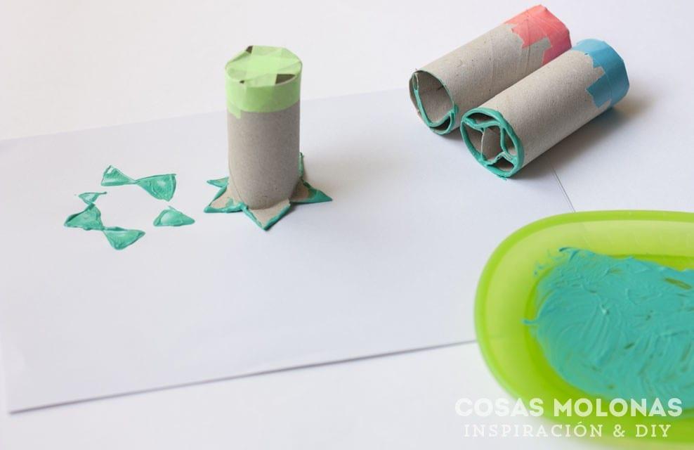 Manualidades para niños: sellar con rollos de cartón reciclado