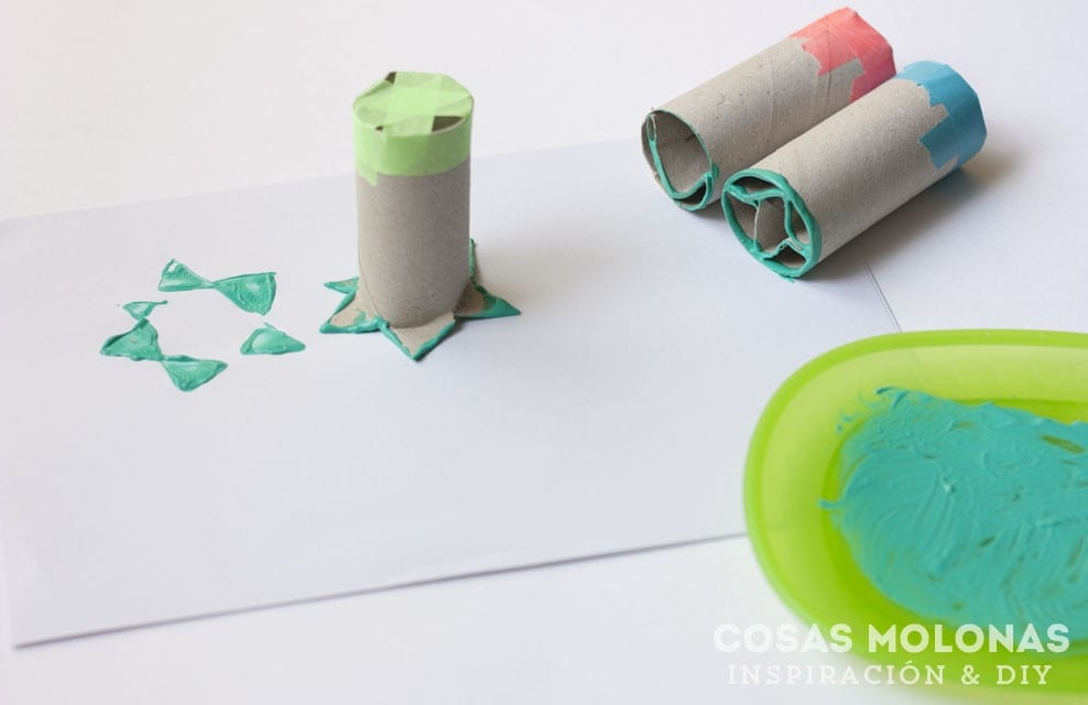 Manualidades para nios sellar con rollos de cartn reciclado