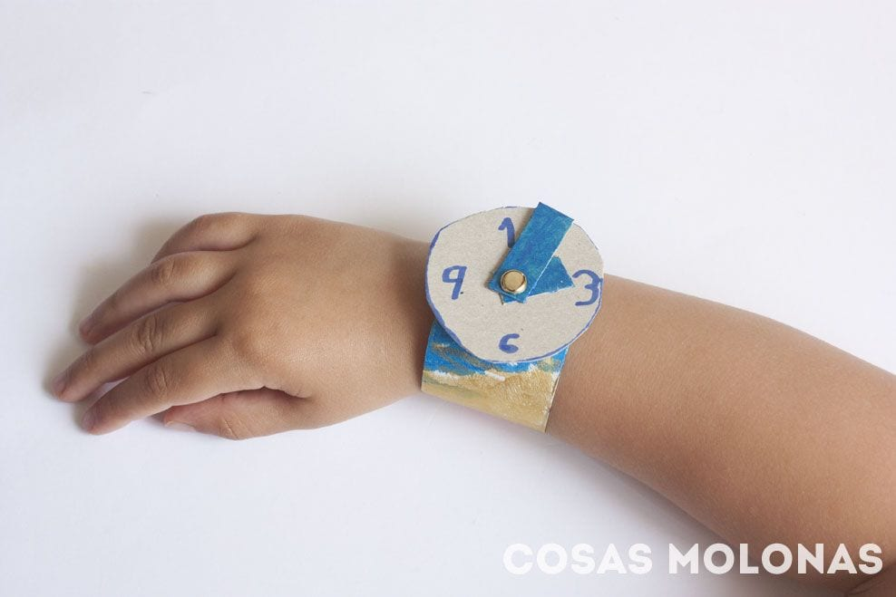 Manualidades para niños: Reloj de pulsera con cartón reciclado