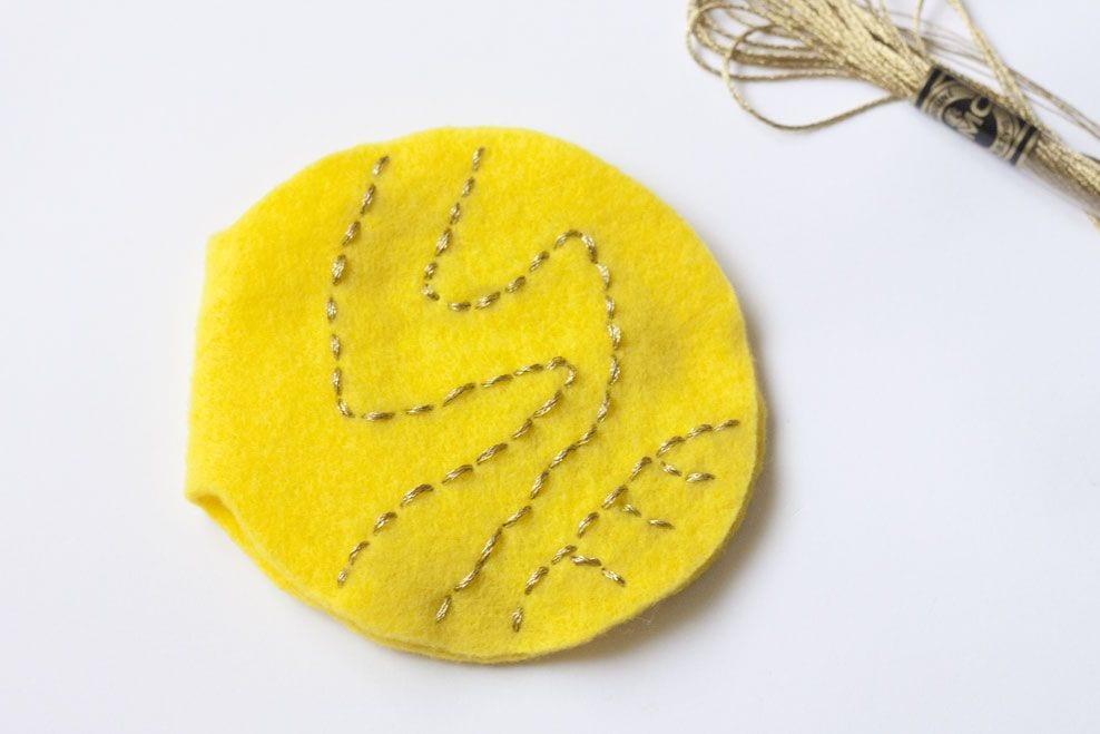 DIY Guarda agujas de fieltro snitch dorada / DIY Golden Snitch Needle Book