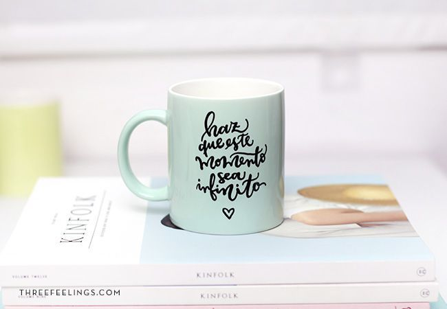 Decorar taza con rotuladores, de Three Feelings.